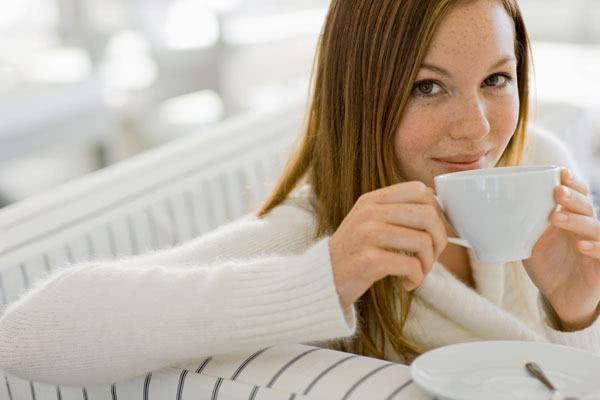 Mulher bebendo chá contra hipertensão