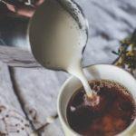 Pode-se tomar chá preto com leite?