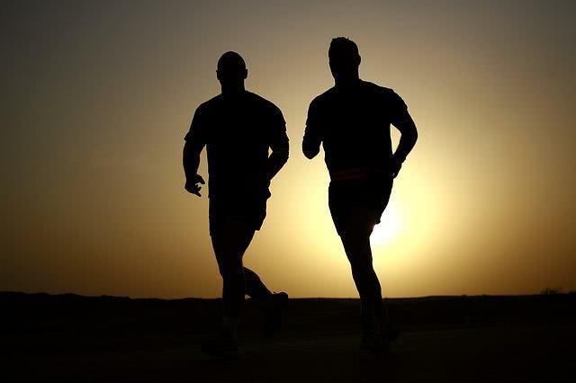 Homens correndo durante entardecer
