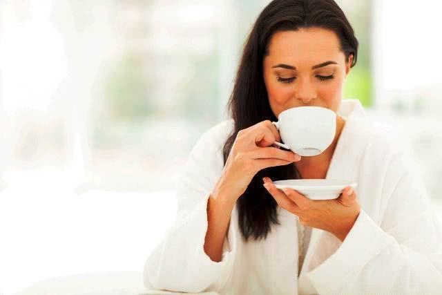 Imagem de mulher bebendo xícara de chá