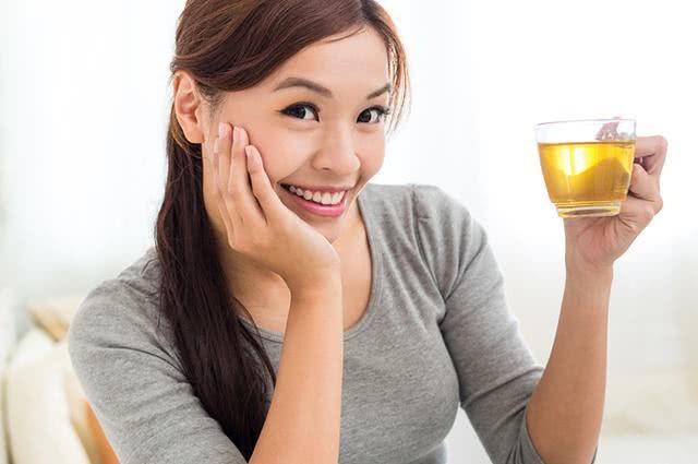 Mulher segurando xícara de chá