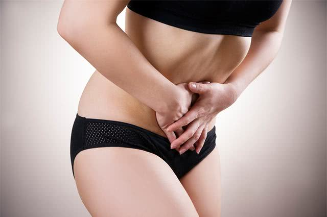 Imagem de mulher com dor-no pé da barriga