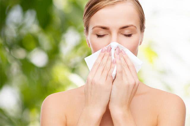 Imagem de mulher com nariz escorrendo