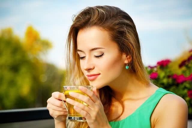 Imagem de mulher tomando chá