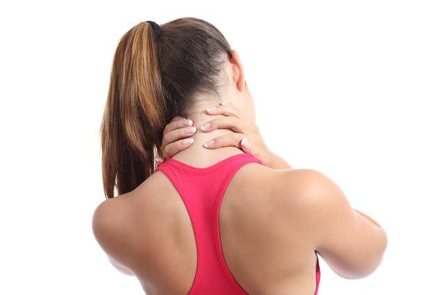 Aliviando dor no pescoço com chá