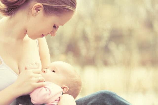 Confira quais chás são proibidos para mães que amamentam
