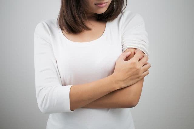 Receitas de chás que prometem tratar alergia e coceira